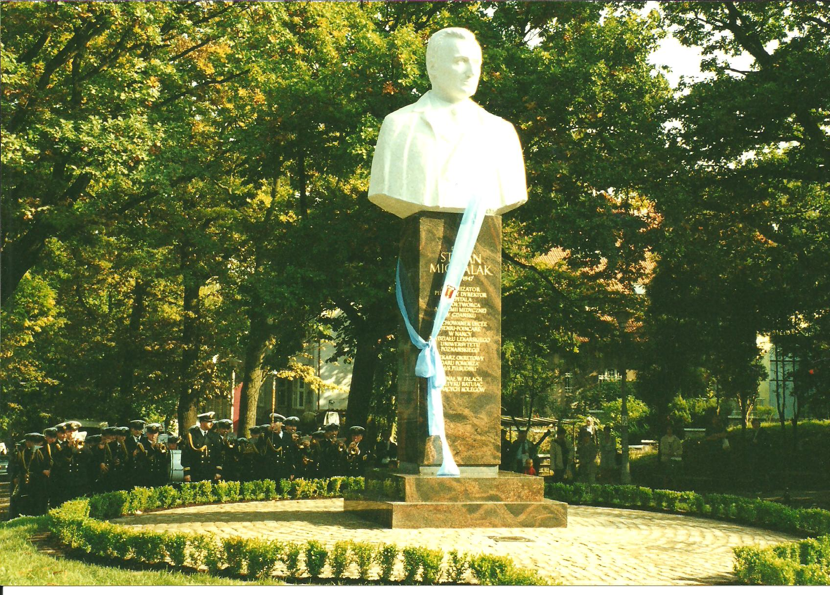 2001 Odsłonięcie pomnika Doktora